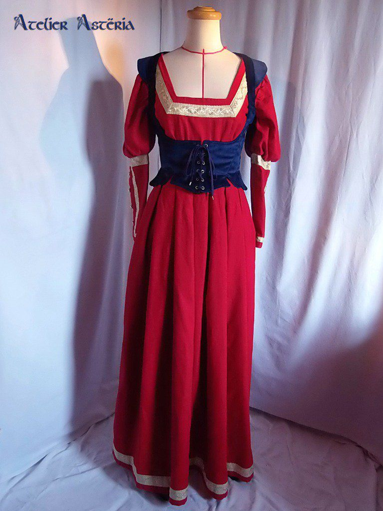 Robe fantasy en lin rouge et galons dorés; Corselet en velours bleu foncé avec épaulettes façon doublet/pourpoint et tassettes à la taille - Fantasy dress in red linen and gold braid; Dark blue velvet bodice